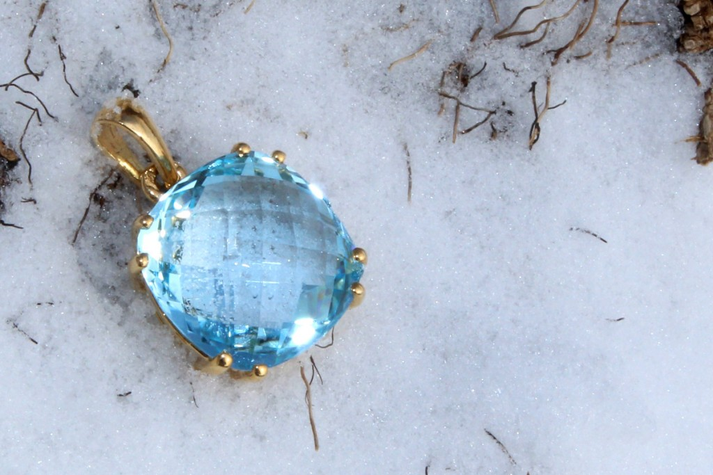 Un trésor sur la neige - Pendentif Reine du Nord, Topaze briolette