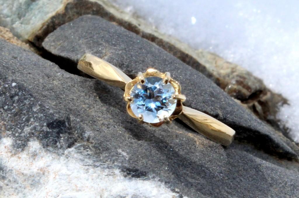 La beauté minérale d'un soleil de glace - Bague Coline, Or jaune et Aigue-marine