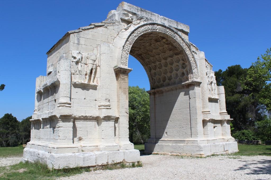 Mausolée de 18mètres de haut, l'un des plus beaux du monde romain parvenu quasi intact avec des bas-reliefs exceptionnels