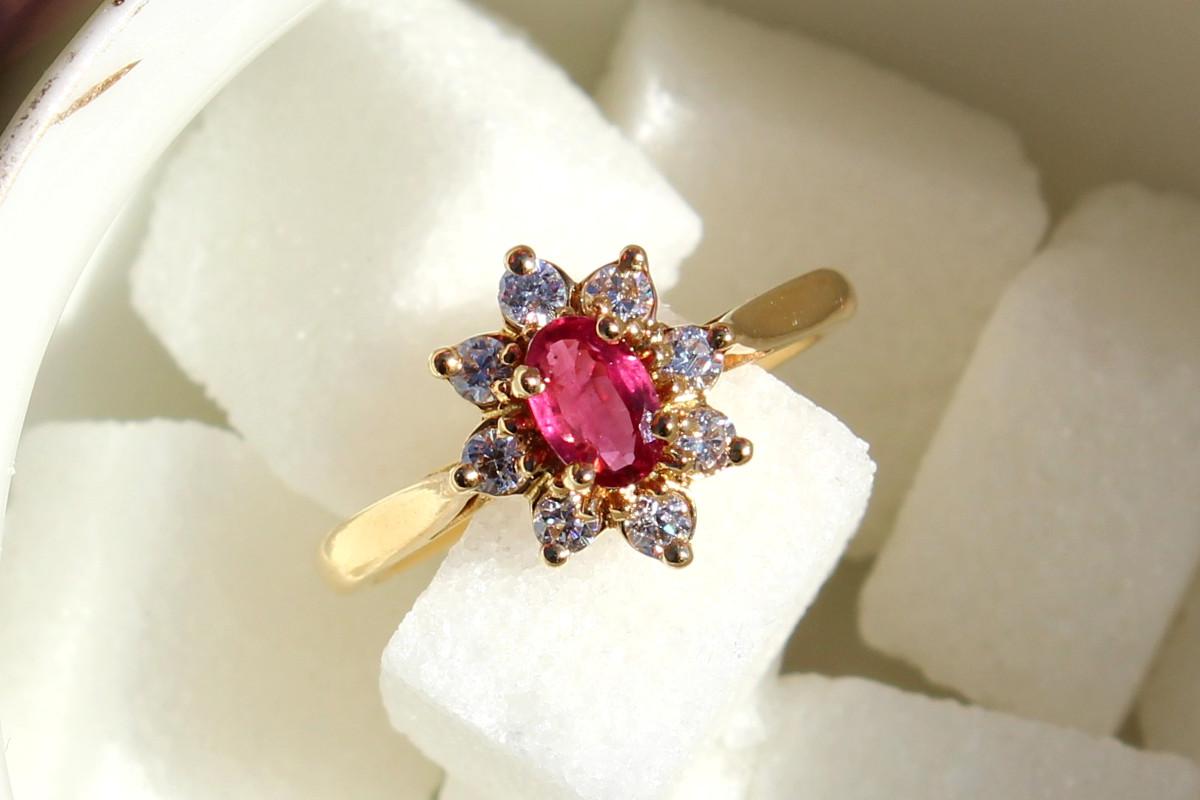 Un sucre à prendre... Bague de fiançailles Thilme avec un rubis entouré de sept diamants pour chaque jour de la semaine.