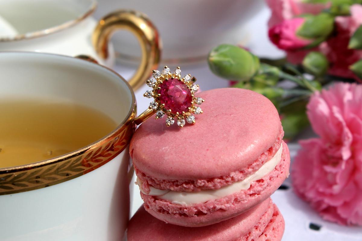 Entre macaron et tasse de thé... Choisissez la bague de fiançailles entourage Thilna, en or jaune sertie d'une tourmaline rose entourage diamants.