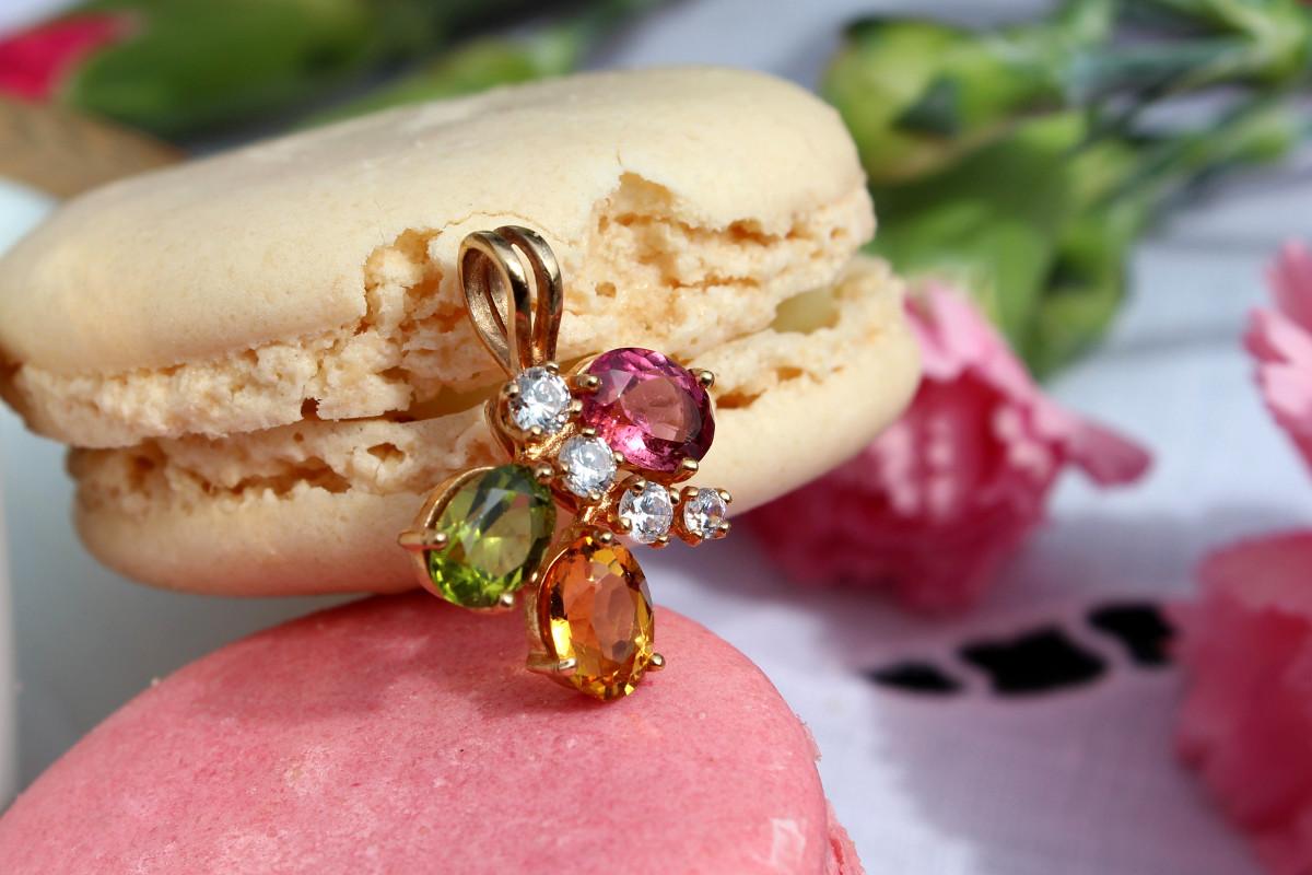 """Pendentif Rosalie, ou les """"Trois pierres chantilly"""": Tourmaline rose, péridot et citrine avec une légère crème de diamants."""