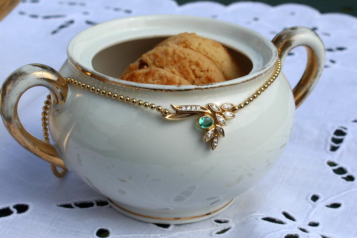 Le collier Gogota avec une émeraude et des diamants... Un beau décor pour cette coupe de cookies!